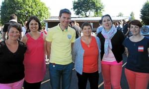 Le directeur encadré de Adeline et Maryvonne (de gauche à droite) et de l'équipe pédagogique.